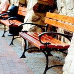 Przykład elementów małej architektury - ławek ulicznych.